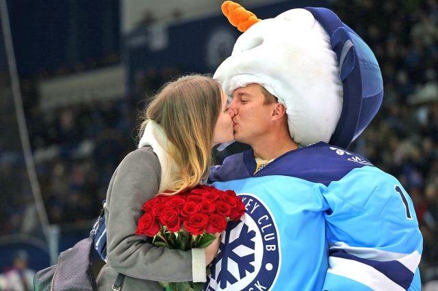 Хоккейная «Сибирь» помогла болельщику сделать предложение девушке вовремя матча