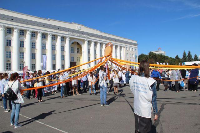 Каждый выходной перед зданием правительства проходят весёлые мероприятия и соревнования.
