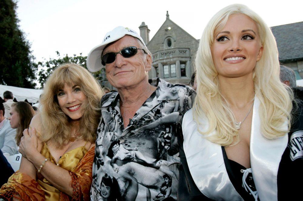 С 2000 года Хефнер жил в своём особняке с семью «официальными подругами» (позднее число сократилось до трёх): Холли Мэдисон (справа).