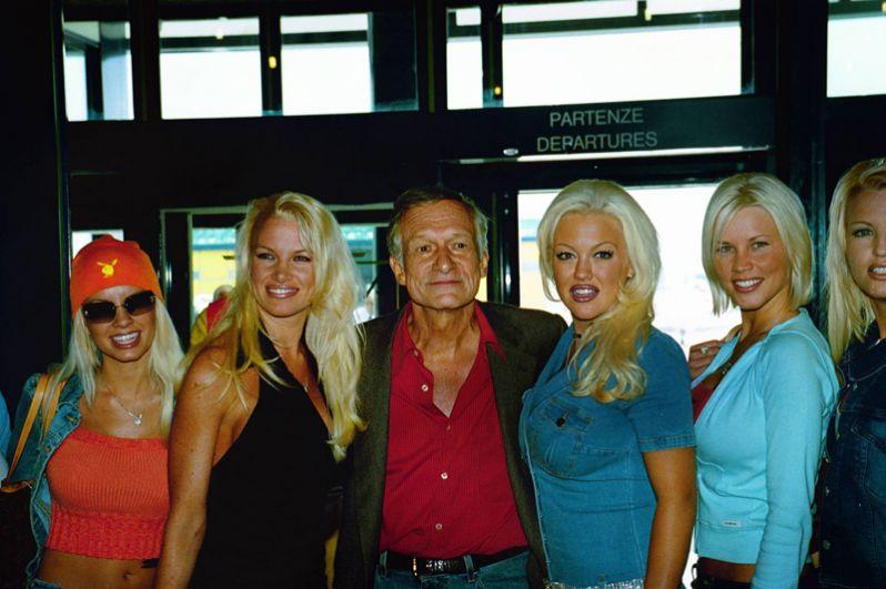 Хью Хефнер с подругами, 2001 год. Памела Андерсон (слева от Хефнера) стала известной именно благодаря съёмкам в Playboy.