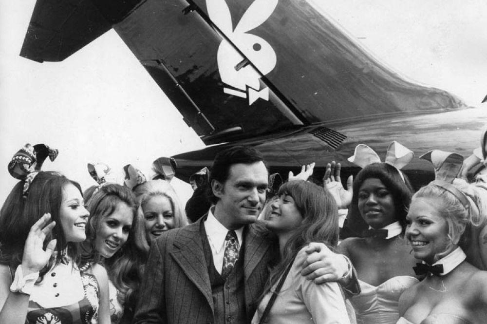 Хью Хефнер в окружении «зайчиков» Playboy на фоне частного самолёта компании Big bunny.