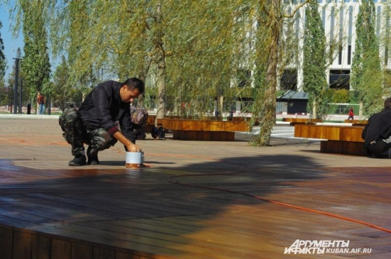 Работы по благоустройству в парке еще продолжаются, но посетителям это не помешает.