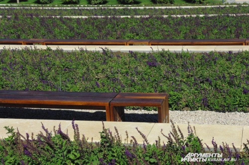 В каждой зоне парка скамейки в своем стиле.