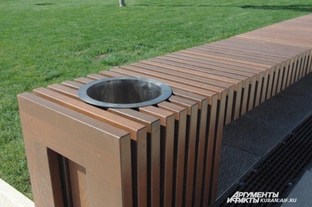 Скамейкии в парке оснащены вот такими мусорными корзинами.
