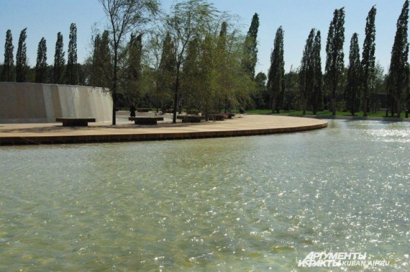 Это не река и не искусственное озеро, а фонтан-каток из нового парка.