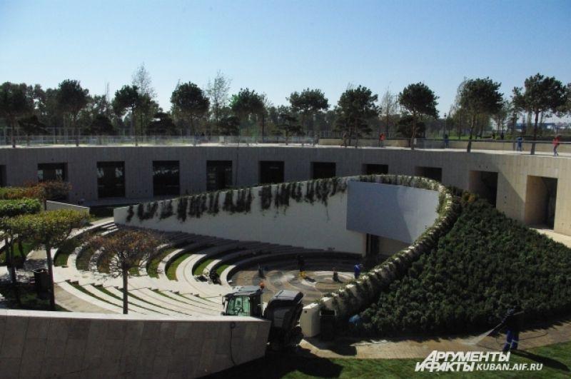 На площадке амфитеатра будут проходить кинопоказы и театрализованные представления.