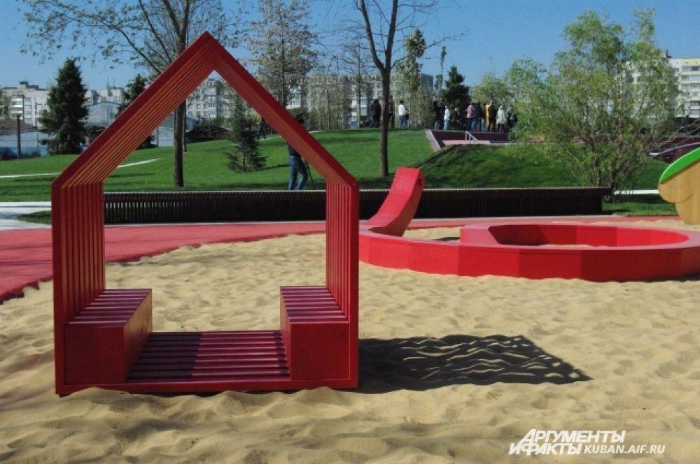 Детская площадка неподалеку.