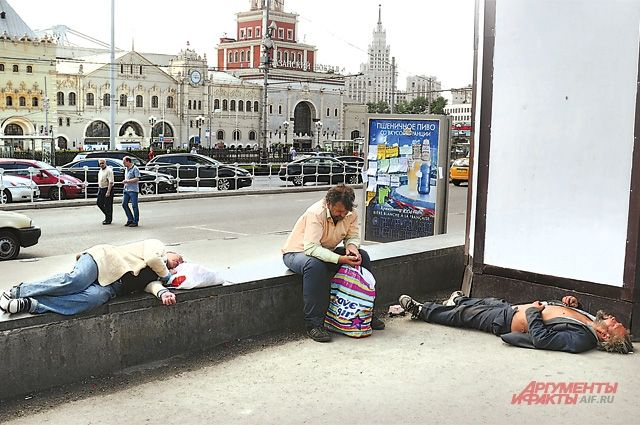 Точка «антисоциального притяжения». Чем Комсомольская привлекает бомжей?