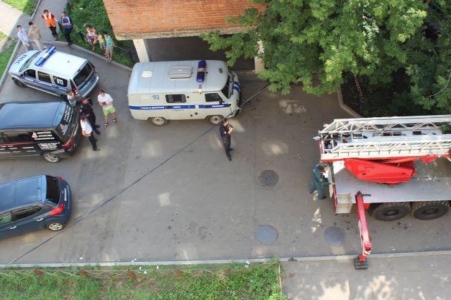 ВСамаре накозырьке подъезда жилого дома найдено мужское тело