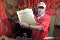 С гордостью показывает Лунёв экземпляры советских газет.