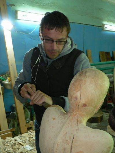 Гараж стал мастерской для железногорских скульпторов.
