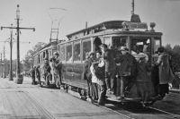 Первые трамваи появились в Петербурге в начале XX века.
