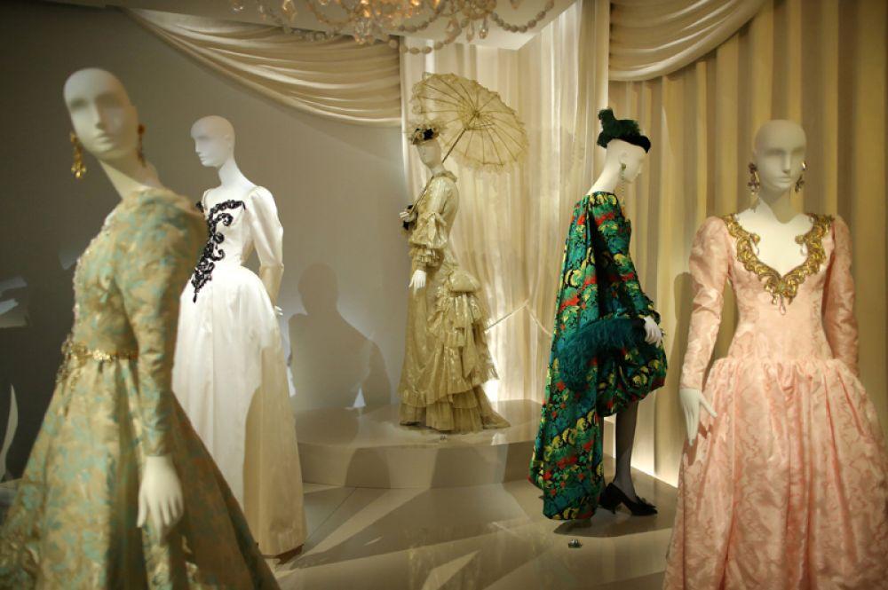 Платья и шляпы, созданные дизайнером.