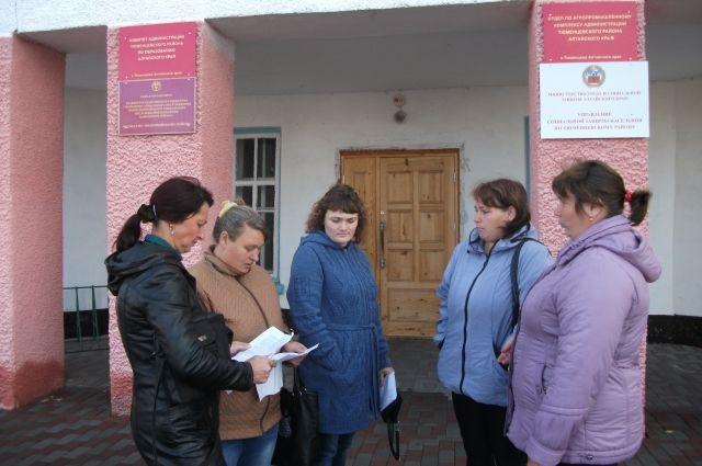 Мамочки, приехав на комиссию в райцентр, переживали: кто в это время отведет их детей на автобус в школу?