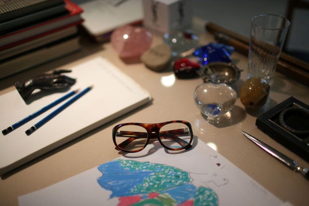 Очки Ива Сен-Лорана на его рабочем столе.