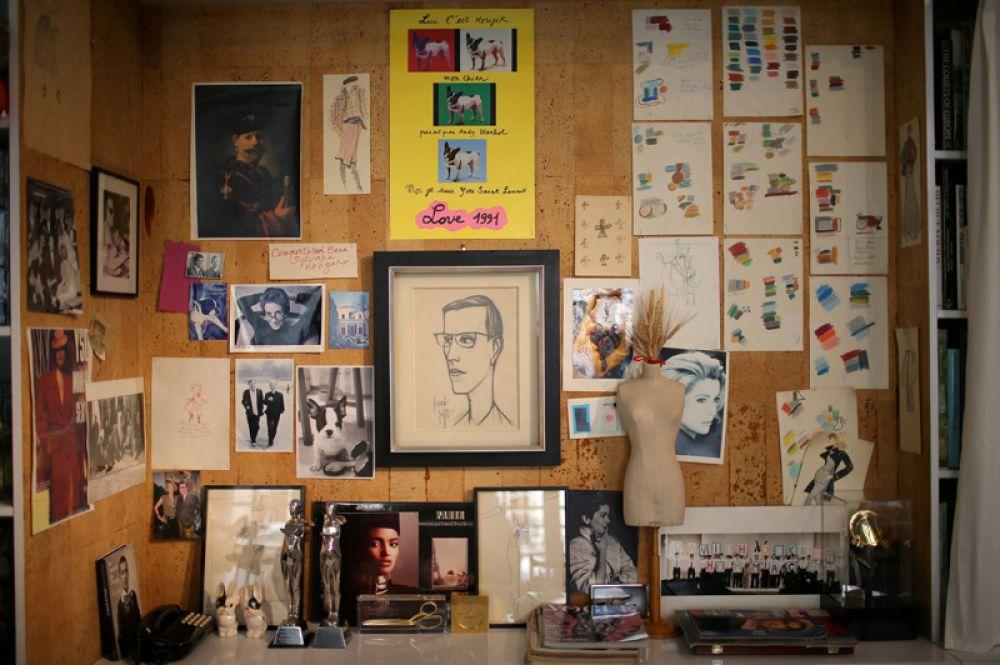 Рисунки и фотографии на стене в студии, где были созданы все коллекции Ива Сен-Лорана.