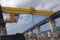 На заводе производят мостовые краны, используемые для перемещения крупногабаритных грузов до 50 тонн.