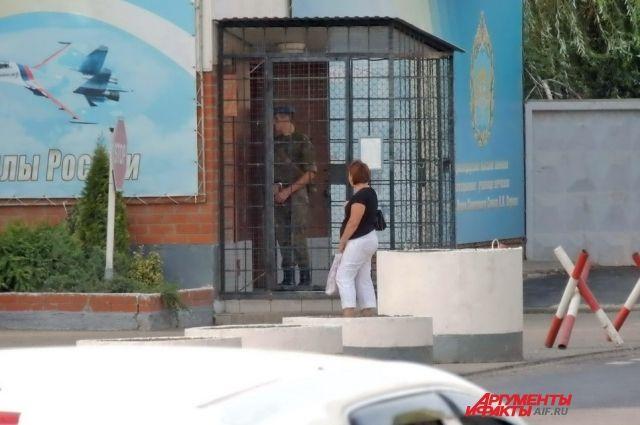 Супруги жили в общежитии на территории авиаучилища, вход в которое строго охраняется.