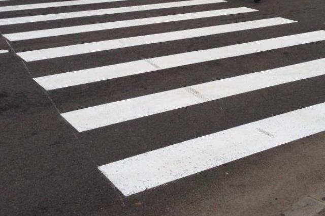 На пешеходном переходе в Калининграде иномарка напугала пару с младенцем.