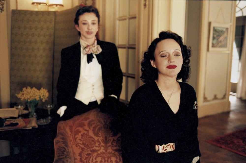 В 2008 году была удостоена премии «Оскар» в номинации «Лучшая актриса» за фильм «Жизнь в розовом цвете», в котором исполнила роль Эдит Пиаф. Она стала второй актрисой в истории премии, которой удалось получить «Оскара» за роль в фильме на иностранном языке. Ранее добиться такого успеха удалось Софи Лорен.