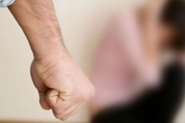 Женщину иребенка избивали палками идушили двое новосибирцев