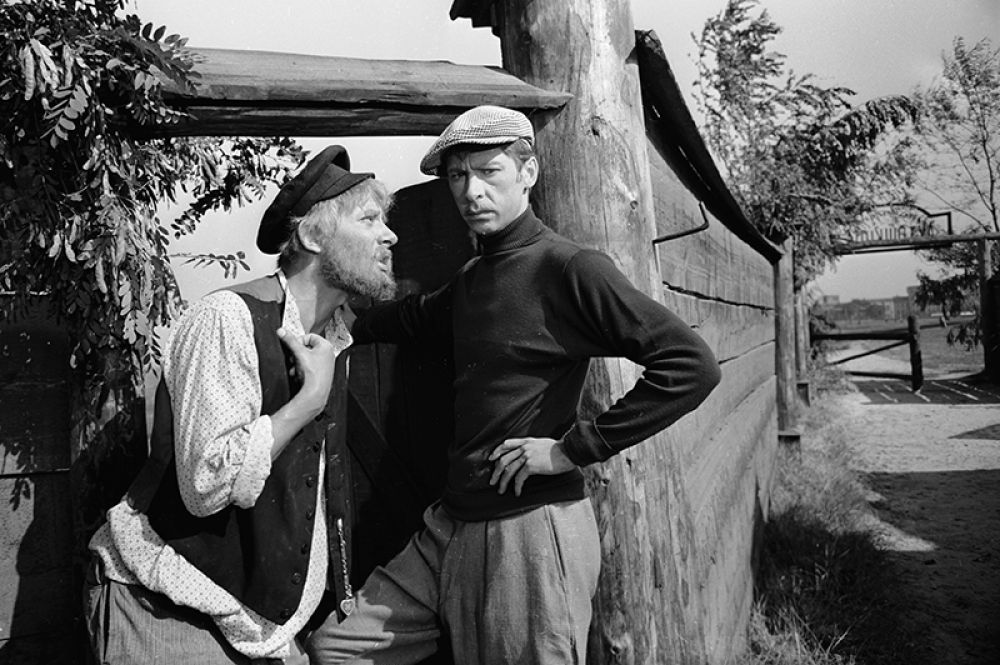 Народный артист СССР Олег Ефремов (справа) в сцене из фильма «Любушка». 1960 год.