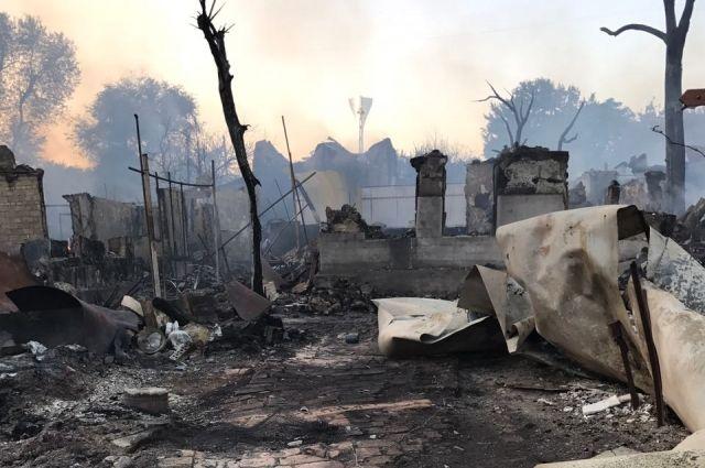 Огонь успел распространится уже на 25 жилых домов.