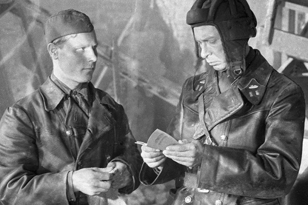 Артист Олег Ефремов (справа) в роли командира танковой бригады в фильме «Живые и мертвые». 1963 год.