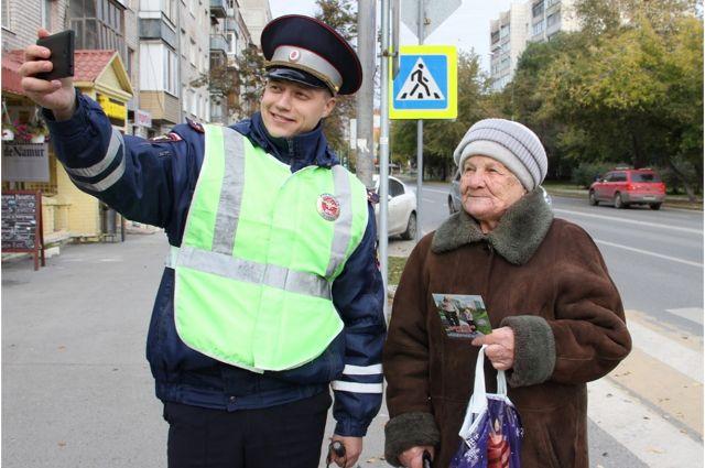 Тюменские пенсионеры сделали селфи с автоинспекторами