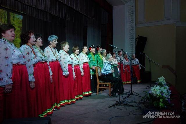 Для собравшихся пел хор ветеранов, а также гости из домов культуры Калининского района Новосибирска – группа «Калейдоскоп».