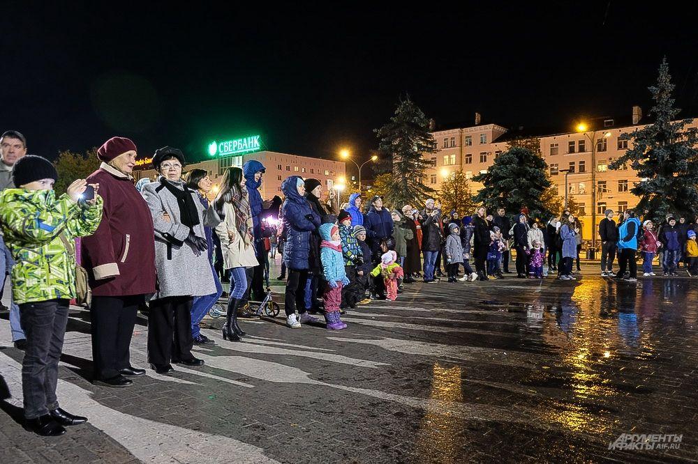 На площади перед Театром-Театром собрались желающие увидеть яркое и красочное светомузыкальное шоу.