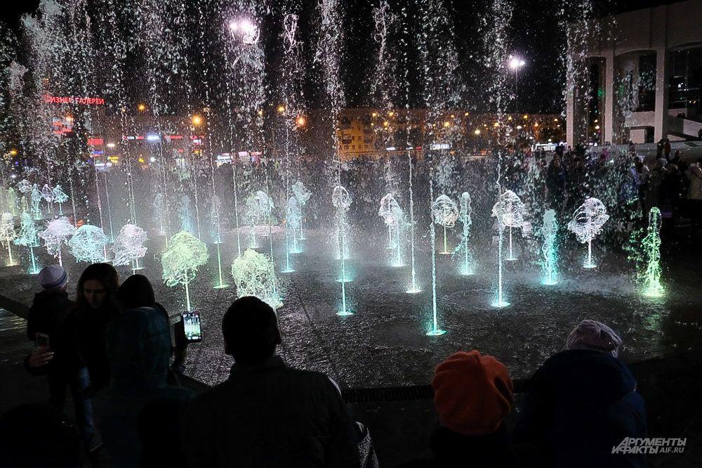 Пермяки, не смотря на холод, собрались на последнее осеннее представление фонтана.