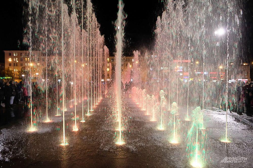 Светомузыкальные водные представления проходили все лето по будням в 22:45 и в выходные дни в 20:45, 21:45 и 22:45.
