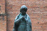 Памятник царевичу Дмитрию в Угличском Кремле.