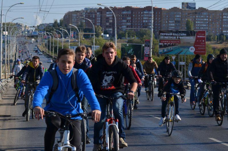 Более 200 человек проехали традиционным маршрутом из новой части города в старую.