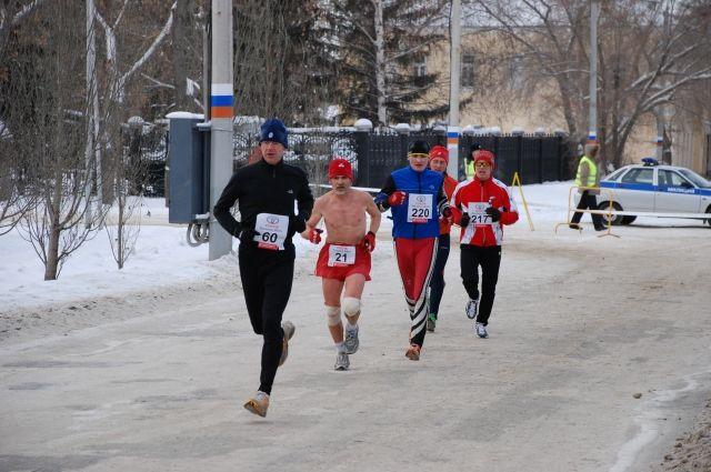 21, 1 км бегут в Рождественский полумарафон в Омске.