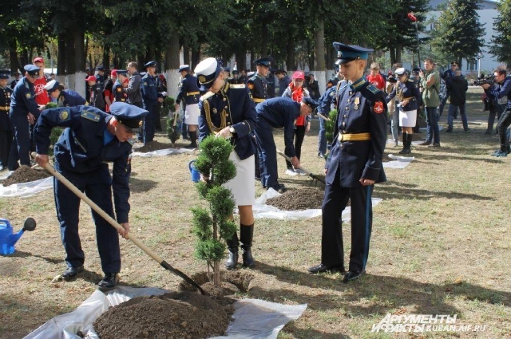 После официальной части первокурсники вместе посадили деревья на аллее, на территории КВВАУЛ.