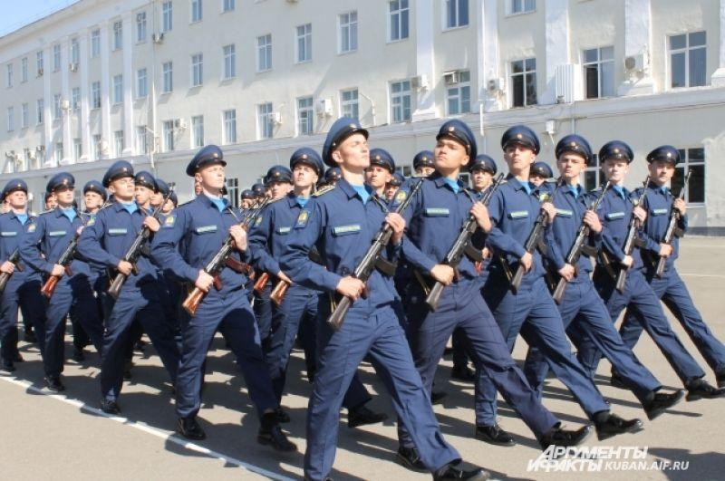 Продолжение парада - колонна юношей-курсантов, которые впервые будут учиться с коллегами-девушками.