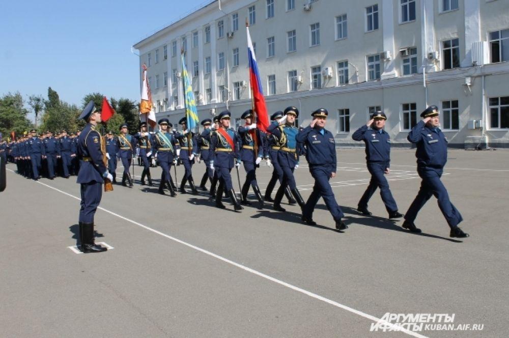 Руководство учебного заведения возглавляет парад.