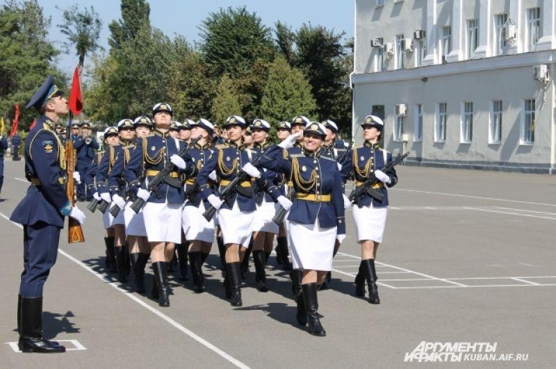 И вот - долгожданная колонна девушек-курсантов.