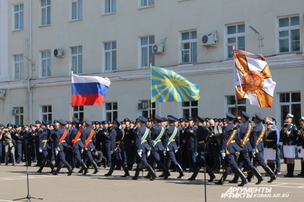 Торжественное шествие с флагами.