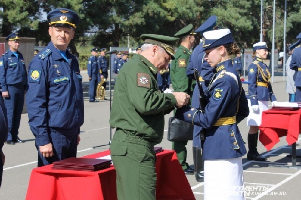 Всем курсанткам на присяге вручили часы - подарок от министра обороны РФ Сергей Шойгу.
