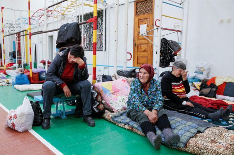 Местные жители, эвакуированные из деревень, расположенных вблизи складов боеприпасов, в одной из школ Винницы.