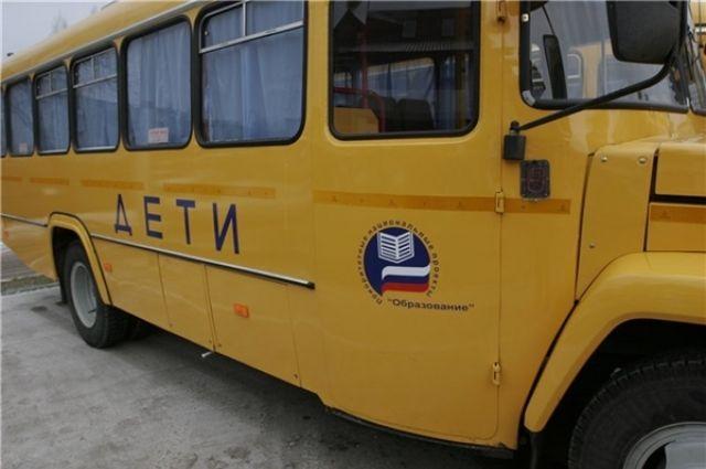 Несмотря на наличие автобусов в школах некоторым школьникам приходится добираться на общественном транспорте.