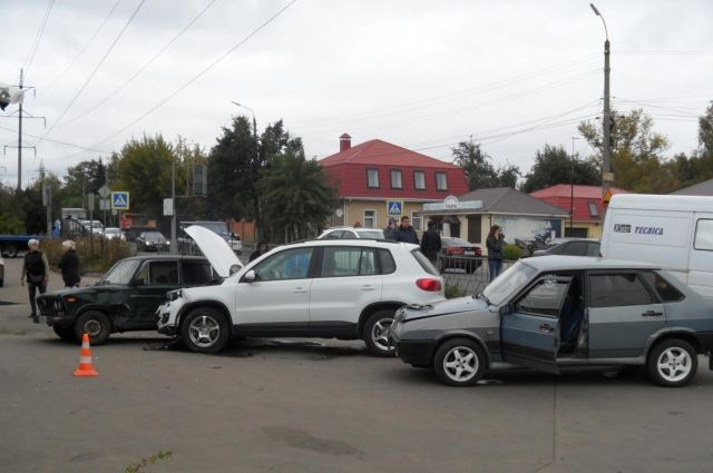 ВОрле дорогу неподелили «Фольксваген Тигуан» и«ВАЗ 21099»