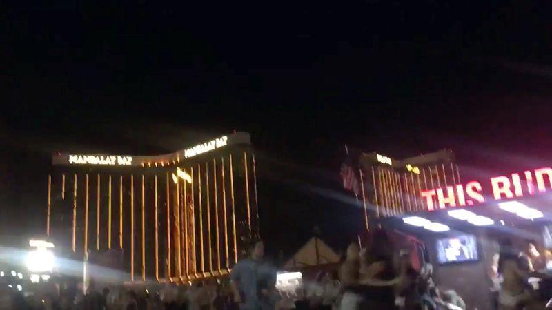 Десятки тысяч человек присутствовали на концерте под открытым небом, когда злоумышленник начал стрелять.