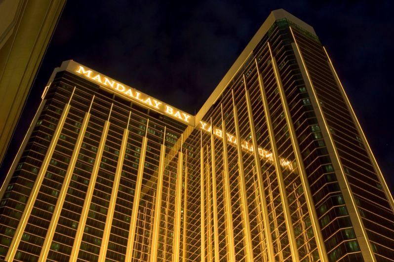 Отель-казино Mandalay Bay, где произошла стрельба. Снимок 2004 года.