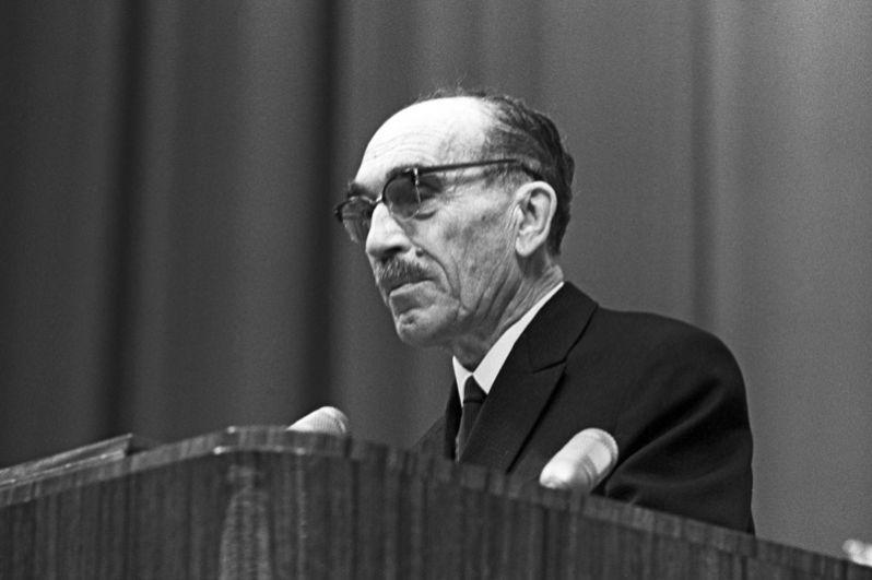 1956 год, Николай Николаевич Семёнов. Нобелевская премия в области химии «за исследования в области механизма химических реакций».