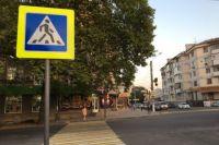 Мужчина и дети переходили дорогу по пешеходному переходу.
