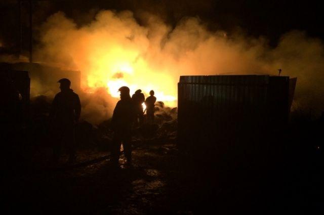 Пожаром повреждена крыша дома.